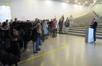 Jeg taler. (Og taler.) Der var vel godt 150 mennesker til åbningen. Og lur mig om ikke de fleste ser tryllebundne ud!